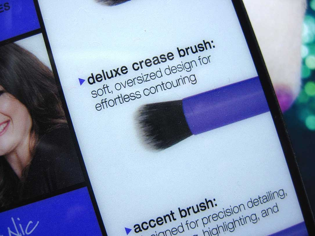 Real-Techniques-Deluxe-Crease-Brush-8